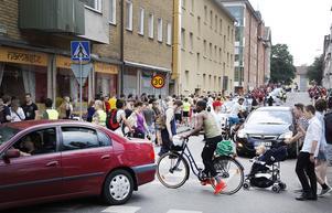 Det blev smått kaotiskt på vissa ställen i trafiken, när hundratals människor som deltog i Gävles första pokéwalk tog sig fram.