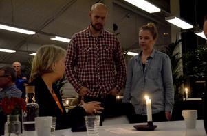 Thomas och Anna Hedengren som driver butiken Broder Blå passade på att komma med lite synpunkter på miljön på torget till stadsarkitekt Christina Gustafsson. Foto: Jan Wijk