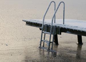 Tidigt på förmiddagen vid Framnäsbadet togs den här bilden på en frusen badbrygga.