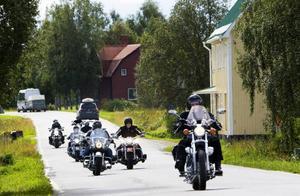 En lång rad MC-förare befann sig på vägarna runt Storsjön i lördags. På schemat stod tipsrunda och fikapauser, men även insamling av pengar till föreningen Jämtgubben.