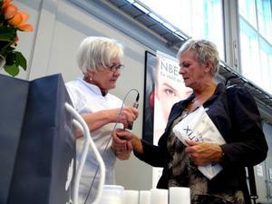 Annmari Jonsson-Hellby jobbar med en liten manick som penetrerar huden med kräm och andra verksamma beståndsdelar.  Annmari Kärnåsen lånar ut sin hand för testet.