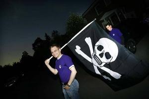 Mattias Dalkvist och Jens Nilsson Sahlin firade igår efter att det stod klart att Piratpartiet tar sig in i Europaparlamentet.