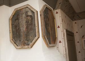 Med historia. Vapensköldarna hade innan Jan köpte dem suttit i Hakarps kyrka och senare använts som bakstycke på en byrå.