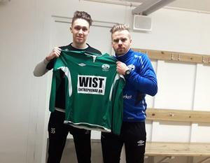 Nye Säter-målvakten Filip Roos tillsammans med tränaren Mikael Eklund.