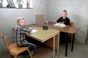De två detektiverna Marcus och Fredrik Jonsson har en stor kontorslokal med varsitt skrivbord i familjens hus i centrala Edsbyn.