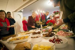 Prinskorv, köttbullar, rödbetssallad. Julbordet fylldes till bredden av klassiska rätter. Mycket av maten var skänkt från privatpersoner och föreningar, men också inköpt av församlingen.