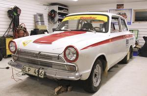 Fin och tuff. Den vita Cortinan blänker, men det hindrar inte Bosse Eriksson från att köra tufft i rallytävlingarna.