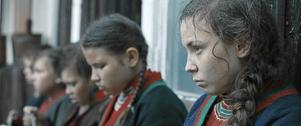 När rasbiologer kommer till sameskolan utsätts Elle Marja (Lene Cecilia Sparrok) för en förnedrande undersökning.