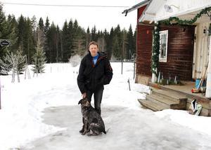 David Floberg och sambon Annika Wickström har bott på hästgården i Åbrotorpen sedan 2006. David hoppas att han ska få mer tid till att rusta gården nu när han har slutat som sportgrensansvarig. Med på bilden är hunden Chili som följer David överallt.