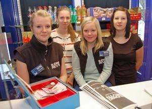 Revyn lockar fler yngre besökare och många ungdomar ingår också i den stora