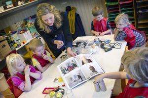 Konstnären Linda Petersson inviger workshopens femåringar i Kjartan Slettemarks förunderliga värld.