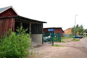 Det gamla kommunförrådet ligger i ett område som redan domineras av flerfamiljshus.