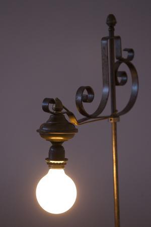 Armaturen är från makens barndomshem, den klotrunda lampan är ny.