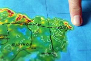 Vid Lörudden visar magnetkartan ett par områden med förhöjd magnetism. Ett av dem hittar geologerna senare samma dag.