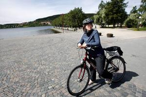 """Naranja Sjödin cyklar så gott som dagligen från jobbet vid Lövsta förskola till hemmet vid Tegelplan, och sedan i höstas är det cykelhjälm som gäller. """"Det är en säkerhetsfråga. Sedan jag fick barn så tänker jag mer så. Sen jobbar jag med barn också och då vill jag gärna vara en förebild.  Använder de den, så måste jag kunna ha en"""", säger hon. Foto: Henrik Flygare"""