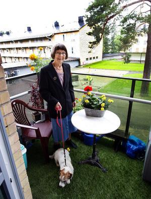 Adéle Forsberg är nöjd med den upprustning som skett i Sidsjöområdet, vilket ger en vacker utsikt från balkongen.