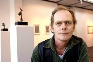 Bergsteinn Asbjörnsson i sin utställning på Sandvikens konsthall.