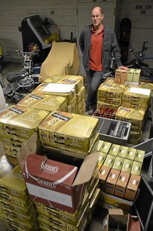 Öl, sprit och vin. Rune Bodemyr vid Norapolisen visar upp beslaget, som består av 92 lådor starköl, 23 liter starksprit, 51 boxar vin med tre liter i varje .