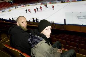 UPPIGGANDE BESÖK. Alexander Linderoth, 18, togs emot av gamle Brynässtjärnan Tommy Sjödin vid besöket på Läkerol arena på onsdagen. Efter träningen, som han följde från läktaren, fick Alexander gå ned i omklädningsrummet och hälsa på spelarna.  Foto: David Holmqvist