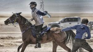 Rider genom öknen. Victoria Boberg under en tävling i Dubai förra året.