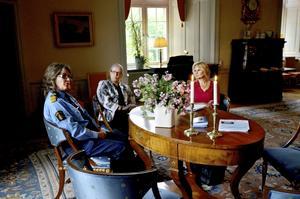 Samverkansavtal klart. Från vänster länspolismästare Ebba Sverne Arvill, landshövding Rose-Marie Frebran och landstingsrådet Marie-Louise Forsberg-Fransson, som tillsammans med regionrådet Irén Lejegren (ej med på bild) utgör styrgruppen i arbetet om samverkan för kvinnofrid.