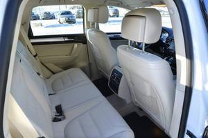 Det bakre sätet kan skjutas i längsled beroende på om man vill ha maximalt lastutrymme eller maximalt benutrymme.