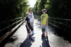 Elias Karlborg, Amanda Persson och Jamie Forsgren åker hoverboard.