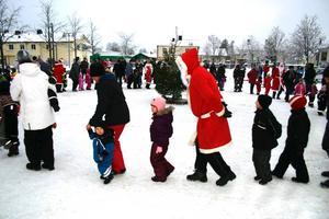 Julen dansades ut på Torget med hjälp av tomtar från Fjugesta IF.