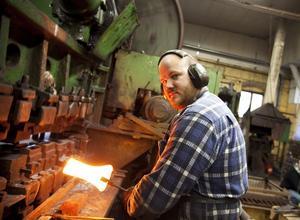 HETT YRKE. Smeden Christoffer Malm plockar upp en bit, hett stål som lyser gult och börjar hamra det i sin maskin. Steg för steg formas stålbiten. Den blir plattare och vassare. Efter några minuter släpper han en färdig egg i korgen bakom sig.