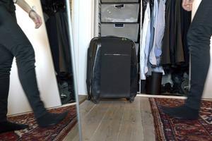 Utnyttja tomma resväskor som förvaring! På vintern kan sommarkläderna ligga nedpackade i dem och vise versa.   Foto: Janerik Henriksson/TT