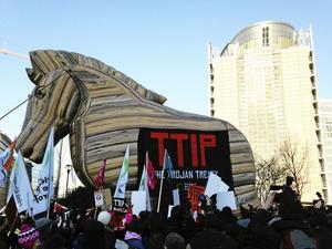 SYMBOL. Motståndare till TTIP-avtalet liknar det vid en trojansk häst som öppnar för sämre hälso- och miljöregler. Arkivfoto: Wiktor Nummelin/TT