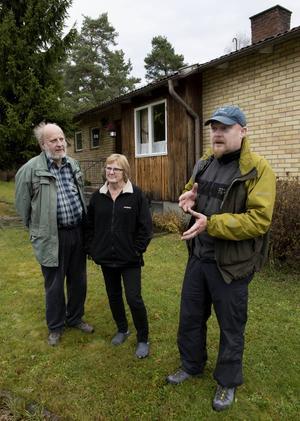 Olle och Kerstin Wistrand pratar om inbrotten med svärsonen Niklas Modig som är yttre befäl vi polisen. De har inte drabbats själva men bor på en av de utsatta gatorna.