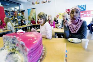 Angelina Lindgren och Decco Axmed är stolta att ha Anne som lärare.