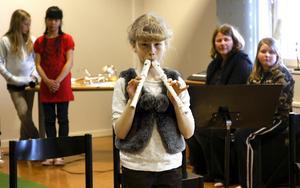 Lovisa Hero spelade på två blockflöjter samtidigt under kulturskolans konsert.