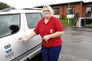 Maria Olsson har fått en fast tjänst inom hemtjänsten i Hedesunda sedan pilotprojektet att ta bort delade turer drog i gång för tre veckor sedan. Tidigare var hon vikarie. Maria Olsson tycker att det har blivit lugnare på jobbet sedan fler anställdes.