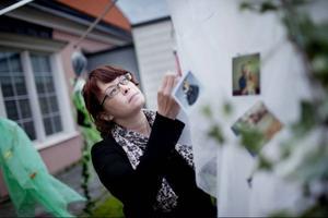 Maria Olssons vardagsälva är behängd med fotografier, hälsokort från BB, hemträdda halsband och andra barndomsminnen.