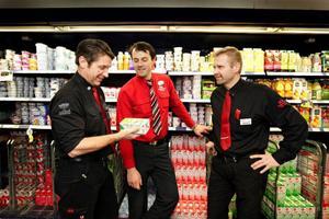 – Vi är otroligt rädda för att det bara blir en aktör kvar på marknaden. Se på vad som hänt i Danmark, där Arla i dag har 93 procent av marknaden och där en liter mjölk nu kostar nästan 15 kronor i butiken, säger Lars Ocklind, Ica Åre till vänster. Här tillsammans med sina kollegor Magnus Bardosen, Ica Blå Center och Greger Wendin, Ica Valhall.