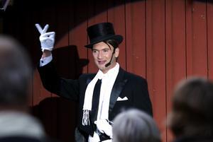 Schlager. Stefan Clarin spelade demonisk revykung när föreställningen Det går så länge det går i helgen gästade Ernst Rolf-gården i Falun. Foto:Kjell Jansson