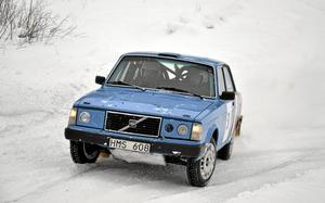 Grävde snö.  Mikael Tengelin, Nora MK och Per-Erik Andersson hade gjort en utflykt i terrängen utanför banan, men hade lyckats komma upp på spåret igen för egen maskin.