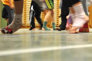 Det gäller att hålla takten, snurra åt rätt håll och få fötter att koordinera med resten av kroppen när musiken dånar i gång.