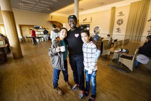 Augustine Gyan skojar med barnen som bor här på asylboendet.