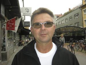 Kenneth Sköldberg, 57 år, byggarbetsledare, Kärsta: – Jag har redan skänkt pengar, 300 kronor i månaden till Världens barn och 800 kronor till flykting- katastrofen. Det är tragiskt att någon ställer till ett helvete så att folk måste fly.