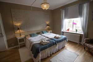 Ett av de nyrenoverade hotellrummen väntar på gäster. Inte minst tyskar har hittat till Långshyttan på senare år. Det är nära till turistmål som Sundborn och Falu koppargruva eller varför inte Husbyringen på hemmaplan.