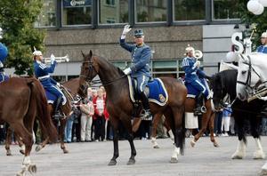 LEDDE MUSIKEN. Stabstrumpetare Olle Hermansen ledde dragonmusikkåren vid gårdagens framträdande på Stortorget.