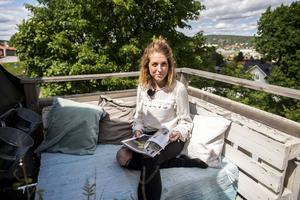 Balkongen som vätter ut mot vattnet är en favoritplats för en av Elenis favoritsysslor – att läsa inredningsmagasin.