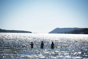 En varm sommardag ute på Nyänget, en av Örnsköldsviks populäraste badplatser.