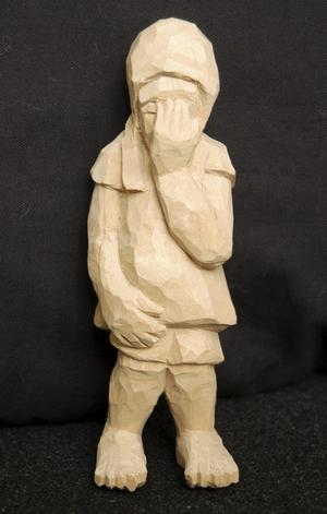 Knivskarpt. Figurer av olika slag växer fram när Rolf Pettersson jobbar med sina träskulpturer. BILD: BIRGITTA SKOGLUND