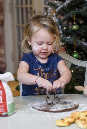 Fyraåriga Elise bakar pepparkakor för glatta livet.
