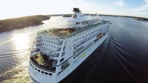 M/S Birka angör Härnösand på nationaldagen och på midsommarafton. Kryssningsfartyget tar 1800 passagerare.