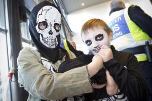 Bröderna Alexander och William Andersson skräms som skelett.